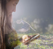 Σχεδιάγραμμα κοριτσιών που εξετάζει το κινητό πετώντας πουλί φαντασίας του Στοκ Εικόνες