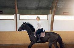 Σχεδιάγραμμα μιας γυναίκας σε ένα άλογο Στοκ εικόνες με δικαίωμα ελεύθερης χρήσης