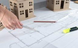 Σχεδιάγραμμα σχεδίων σπιτιών και πρότυπη έννοια για τη νέα βελτίωση σχεδίου ή σπιτιών Στοκ εικόνες με δικαίωμα ελεύθερης χρήσης