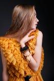 Σχεδιάγραμμα της νέας γυναίκας στο κίτρινο φόρεμα Στοκ φωτογραφία με δικαίωμα ελεύθερης χρήσης