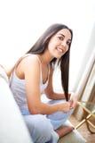 Σχεδιάγραμμα του χαμόγελου γυναικών και του παιχνιδιού με την τρίχα στοκ φωτογραφία