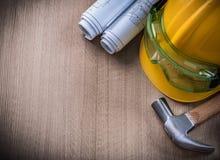 Σχεδιαγράμματα και ασφάλεια ΚΑΠ προστατευτικών διόπτρων σφυριών νυχιών στο ξύλινο backgrou Στοκ εικόνα με δικαίωμα ελεύθερης χρήσης