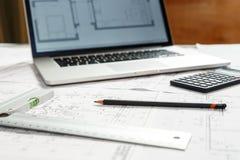 Σχεδιαγράμματα και εργαλεία αρχιτεκτόνων στη θέση εργασίας architech ` s Στοκ εικόνες με δικαίωμα ελεύθερης χρήσης