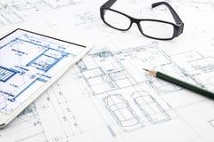 Σχεδιαγράμματα σπιτιών και σχέδιο ορόφων με την ταμπλέτα Στοκ Φωτογραφία