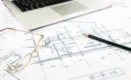 Σχεδιαγράμματα σπιτιών και σχέδιο ορόφων με το πληκτρολόγιο Στοκ φωτογραφίες με δικαίωμα ελεύθερης χρήσης