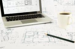 Σχεδιαγράμματα σπιτιών και σχέδιο ορόφων με το lap-top Στοκ Φωτογραφία