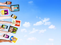 Σχεδιαγράμματα των ανθρώπων Multiethnic στις ηλεκτρονικές συσκευές Στοκ Εικόνες
