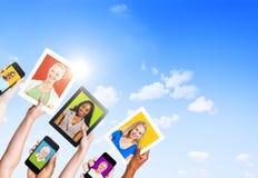 Σχεδιαγράμματα των πολυ-εθνικών ανθρώπων στις ηλεκτρονικές συσκευές Στοκ εικόνα με δικαίωμα ελεύθερης χρήσης