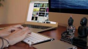 Σχεδιασμός στο ξύλινο γραφείο με Trackpad και τον υπολογιστή φιλμ μικρού μήκους