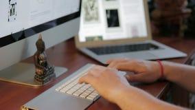 Σχεδιασμός στο ξύλινο γραφείο με Trackpad και τον υπολογιστή απόθεμα βίντεο