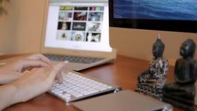 Σχεδιασμός στο ξύλινο γραφείο με Wireframe και τον υπολογιστή απόθεμα βίντεο