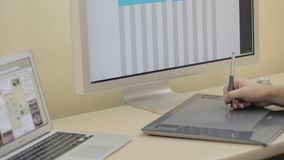 Σχεδιασμός στο ξύλινο γραφείο στον υπολογιστή και σύγχρονος απόθεμα βίντεο