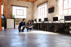 Σχεδιαστές που προγραμματίζουν το σχεδιάγραμμα στο πάτωμα του σύγχρονου γραφείου Στοκ Εικόνες