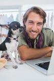 Σχεδιαστής μόδας και λίγο σκυλί στοκ φωτογραφίες με δικαίωμα ελεύθερης χρήσης