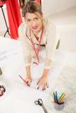 Σχεδιαστής μόδας με το ράψιμο του σχεδίου Στοκ φωτογραφίες με δικαίωμα ελεύθερης χρήσης