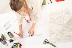 Σχεδιαστής μόδας με το ράψιμο του σχεδίου Στοκ εικόνα με δικαίωμα ελεύθερης χρήσης