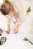 Σχεδιαστής μόδας με το ράψιμο του σχεδίου Στοκ Εικόνες