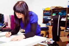 Σχεδιαστής μόδας στο στούντιό της Στοκ φωτογραφία με δικαίωμα ελεύθερης χρήσης