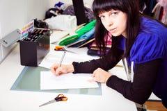 Σχεδιαστής μόδας στο στούντιό της Στοκ Φωτογραφίες