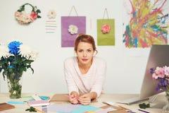 Σχεδιαστής μόδας στο σύγχρονο στούντιο Στοκ Φωτογραφίες