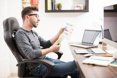 Σχεδιαστής που εξετάζει μερικά swatches χρώματος Στοκ Εικόνα
