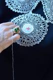 Σχεδιαστής που εργάζεται σε ένα φόρεμα, δαντέλλα βελόνων Στοκ Εικόνες