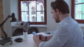Σχεδιαστής που χρησιμοποιεί το τηλέφωνο στο σπίτι ή το γραφείο φιλμ μικρού μήκους
