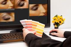 Σχεδιαστής στην εργασία. Δείγματα χρώματος. Στοκ Εικόνες