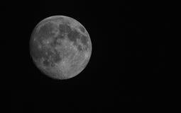 Σχεδόν πανσέληνος στο μαύρο ουρανό Στοκ εικόνα με δικαίωμα ελεύθερης χρήσης