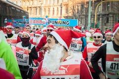 Σχεδόν 10.000 Santas συμμετέχουν στο Babbo τρέχοντας στο Μιλάνο, Ιταλία Στοκ Εικόνα