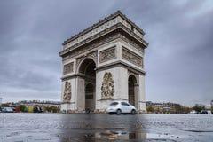 σχηματίστε αψίδα ηλιόλουστο θριαμβευτικό του Παρισιού τοπίων ημέρας πόλεων Arc de Triomphe Άποψη της θέσης Charles de Gaulle Στοκ εικόνα με δικαίωμα ελεύθερης χρήσης