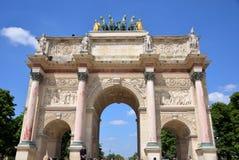 σχηματίστε αψίδα ηλιόλουστο θριαμβευτικό του Παρισιού τοπίων ημέρας πόλεων στοκ φωτογραφία