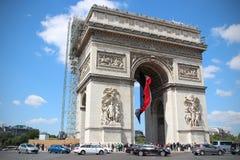 σχηματίστε αψίδα ηλιόλουστο θριαμβευτικό του Παρισιού τοπίων ημέρας πόλεων Στοκ φωτογραφία με δικαίωμα ελεύθερης χρήσης