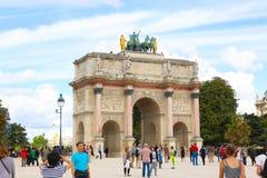 σχηματίστε αψίδα ηλιόλουστο θριαμβευτικό του Παρισιού τοπίων ημέρας πόλεων Στοκ φωτογραφίες με δικαίωμα ελεύθερης χρήσης