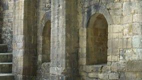 Σχηματισμένα αψίδα παράθυρα και μια σκάλα σε μια παλαιά αρχαία εκκλησία απόθεμα βίντεο