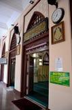 Σχηματισμένη αψίδα είσοδος πορτών με την αραβική ισλαμική προσευχή και το μουσουλμανικό τέμενος Σιγκαπούρη Koran Hajjah Fatimah μ στοκ φωτογραφία με δικαίωμα ελεύθερης χρήσης