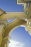 σχηματισμένη αψίδα οικοδό&m Στοκ φωτογραφία με δικαίωμα ελεύθερης χρήσης