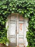 σχηματισμένη αψίδα πόρτα Στοκ φωτογραφίες με δικαίωμα ελεύθερης χρήσης