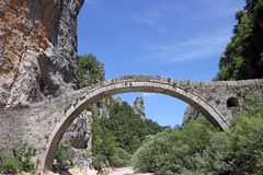 Σχηματισμένη αψίδα Kokkori γέφυρα Zagoria πετρών Στοκ φωτογραφίες με δικαίωμα ελεύθερης χρήσης