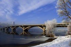 Σχηματισμένη αψίδα γέφυρα πέρα από τον ποταμό και τα παγωμένα παγωμένα δέντρα πρωινού Στοκ εικόνες με δικαίωμα ελεύθερης χρήσης