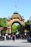 Σχηματισμένη αψίδα κήποι είσοδος Tivoli, ηλιόλουστη ημέρα, Δανία, Ευρώπη Στοκ φωτογραφίες με δικαίωμα ελεύθερης χρήσης
