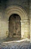 Σχηματισμένη αψίδα πόρτα στην εκκλησία Fontevraud στοκ εικόνες