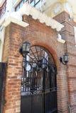 Σχηματισμένη αψίδα πύλη σιδήρου και τούβλινος τοίχος Στοκ εικόνα με δικαίωμα ελεύθερης χρήσης
