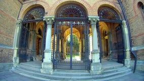 Σχηματισμένοι αψίδα είσοδος και διάδρομος τούβλου με τις στήλες Στοκ Εικόνα