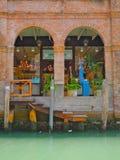 Σχηματισμένοι αψίδα τοίχοι αρχιτεκτονικής του κτηρίου τούβλου Στοκ Φωτογραφίες