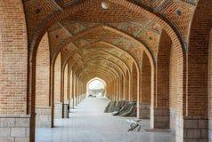 Σχηματισμένος αψίδα διάδρομος στο προαύλιο του μπλε μουσουλμανικού τεμένους Ταμπρίζ Επαρχία του ανατολικού Αζερμπαϊτζάν Ιράν στοκ εικόνες
