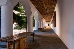 Σχηματισμένος αψίδα διάδρομος στο προαύλιο του ορθόδοξου μοναστηριού Rila στοκ εικόνα με δικαίωμα ελεύθερης χρήσης
