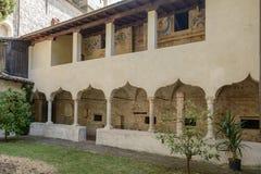 Σχηματισμένος αψίδα καλυμμένος wakway στο μοναστήρι μοναστηριών SAN Francesco, Gargn στοκ φωτογραφία με δικαίωμα ελεύθερης χρήσης
