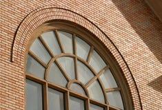 σχηματισμένο αψίδα παράθυ&rho Στοκ Φωτογραφίες