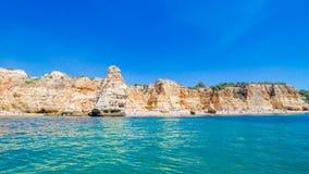 Σχηματισμοί ασβεστόλιθων στην ακτή και την παραλία του Αλγκάρβε, Benagil, Πορτογαλία Στοκ φωτογραφία με δικαίωμα ελεύθερης χρήσης